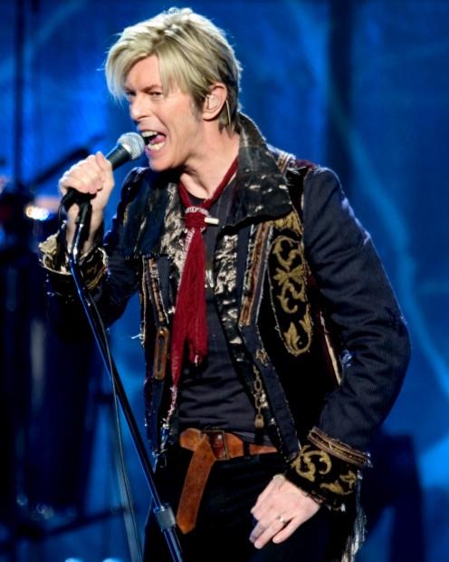 2000-luvun Reality-kiertueella Bowien vaalennettu tukka ja vaatevalinnat taas huokuivat millenniumin henkeä.