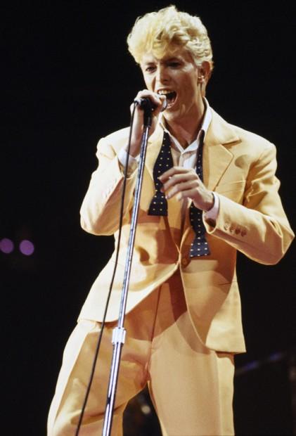 Tuli 80-luku ja Bowie näytti niin 80-luvun pop-laulajalta kun vain voi näyttää.