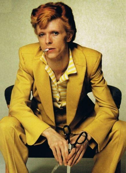 70-luvun lopussa Bowie pukeutui sen vuosikymmenen värisiin pukuihin ja tukassa oli vahva föönaus taaksepäin.